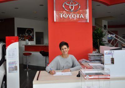 Bekes Diána fogadja a Toyota kaposvári ügyfeleit