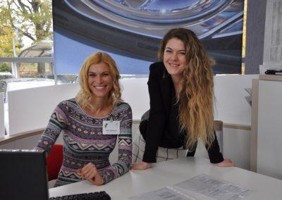 Hirt Julianna és Kőmíves Laura a Toyota modellek értékesítését segítik