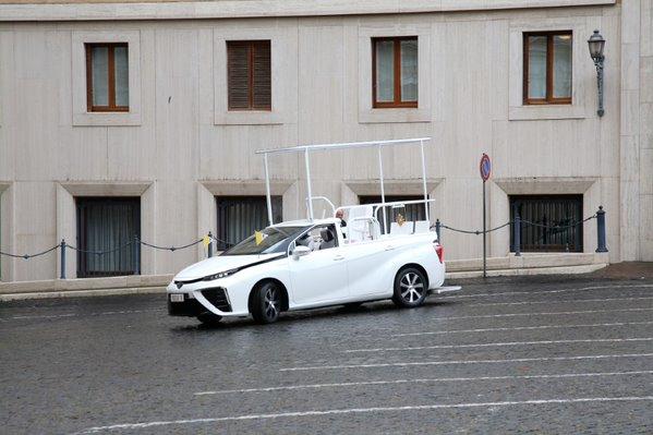 Hidrogén üzemanyagcellás Toyota Mirait kapott Ferenc pápa